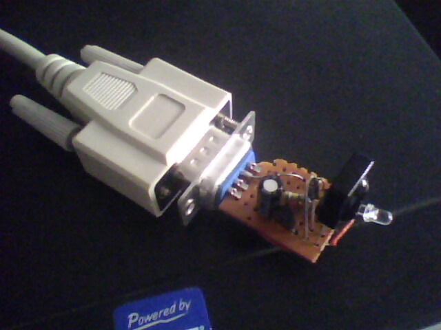 这两天照着从网上学的方法DIY了一个红外电脑遥控器,做的很成功,用着也挺爽。能够模拟鼠标键盘,实现关机重启定时关机,还能控制一些常用的多媒体软件,比如千千静听,暴风影音等。因为它的发送端就是一普通的电视遥控器,接收端的解码是又是由电脑软件(IRCtrl 2.4 下载地址见下)完成的,所以只要做个能与电脑串口相连的红外接收器就行了。而这个接收器仅有几个电子原件即可搭建完成,所以做起来不算复杂,有兴趣的参考后面的电路图,相信也可以很快做出一个来。废话不多说了,见成品图: 使用中的状态,很小巧,与串口延长线