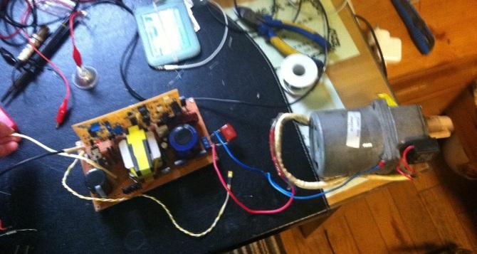 一个16岁骚年的自设计的全硬件纯正弦逆变器....... 经过近2周的艰苦奋斗,终于弄出了人生第一部纯正弦逆变器,上图:  刚借着饭劲儿把散热器拧上了,散热器让老爸帮着加工........可恶的散热器巨硬,还毁了老爸的一个钻头.......  布局.......用画图画的........ 系统框图:  这是全部电路图(SPWM板和H桥的改花了):    这个是我的详细全硬件纯硬件逆变器DIY教程,大家参考: 顺便上些图  带100W负载的D极波形,没任何尖峰,功率管不加散热无压力 神机前级空载60mA,S