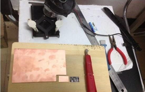LM358呼吸灯电路图。  元件清单:   单面覆铜板,A4纸试打出大小,勾刀裁剪,锉刀修边。    热转印纸,就是有光面胶的纸,广告纸也行,捡的一张正好 A4大小。  板用砂纸打磨去氧化,有图像一面盖在板上,电熨斗烫,有蒸汽的需关掉.  烫完冷却后,基本已印在板上,记号笔补补覆铜区,下图补好,晒晒阳光。  大盒套小盒,大盒装开水,小盒装药水,然后摇啊摇。  板面冒泡,药水微蓝,铜慢慢消失,捞出来,自来水冲,吹风机吹。  最细钻头,透光检查。   砂纸打磨,覆铜区少许过蚀