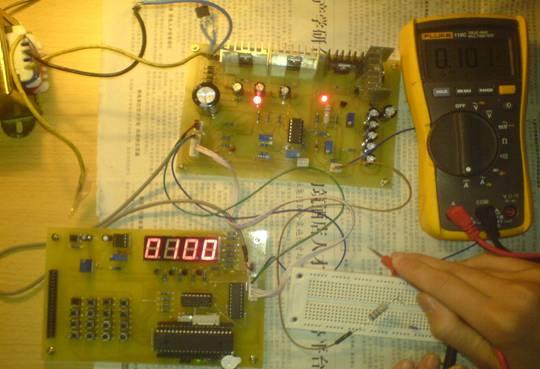 数控电源终于完成了。时间过得真快,差不多一个月,就这么样过去了。说实话,能完成作品,我很开心。不过,除了自己的努力外,在此还要感谢搭挡KLC,还有各位师兄同学和网友,还有就是关心我的人。 从原理图到PCB,从PCB到做板,从做板到焊接,从焊接到编程,每一步,一步一脚印,虽然艰辛,但总算走过了。 这个月,可以说是有生以来最***的一个月,还有那么几天,每天就睡了3个小时,幸好身体够好,哈哈,顶得顺。那一个个安静的凌晨三点,都给我记下了。 花了那么多时间,或许是效率太低了吧,有些问题,一天才解决一个或两个。但