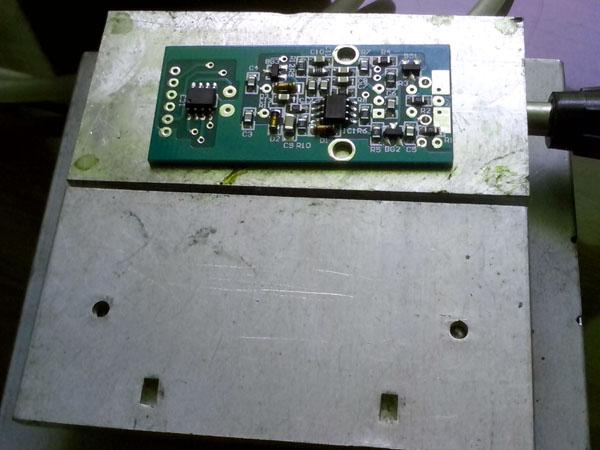 首先自制的简易22槽喂料架,所使用的材料是复合木地板边角料+大头针。制作时,在复合木地板上钻上三排0.7的小孔,孔列距8.9mm,行距15-20mm,孔深10-12mm,安装大头针时,先把大头针剪成11-13mm长,只要尾段,然后再安装,大头针打入小孔,外露1mm,所有小孔中安装进大头针后,自制的简易22槽喂料架就大功造成。   DIY过程中,有时候需要小批量焊接贴片电路板,过去用手工一个元件一个元件的焊,焊接效率比较低,有时候焊10多块电路板,常常要耗费很长时间,后来在网上看到相关介绍,经过摸索,动手制