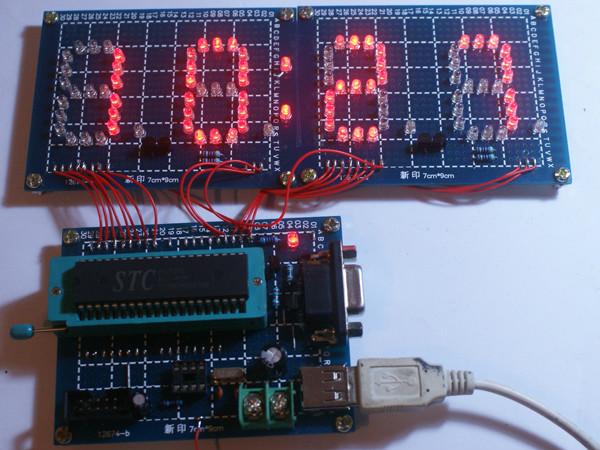 这是一款单片机时钟原理图源程序,该款单片机时钟使用的单片机是STC89C52RC,显示数码管是用发光二极管焊的,设计一四个按键,分别是用来调整时间小时、分钟用的。实物是由一块单片机最小系统板及自己焊接的数码显示板组成,单片机最小系统板上设计RS232-TTL的电平转换电路,这样烧写单片机程序就不需要额外的硬件,让初学者学习实作这块单片机时钟板变得简单省费用。源程序及电原理图的PROTEL格式的文件这了方便爱好者者使用,已压缩成压缩包,需要的可以从下面的地址自己下载,这里只是将制作好的实物及JPG格式的原理