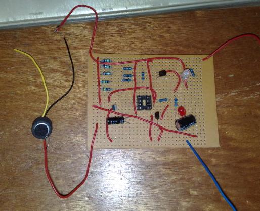 """工作原理: 它实际上是一个""""声控延时小灯""""电路."""