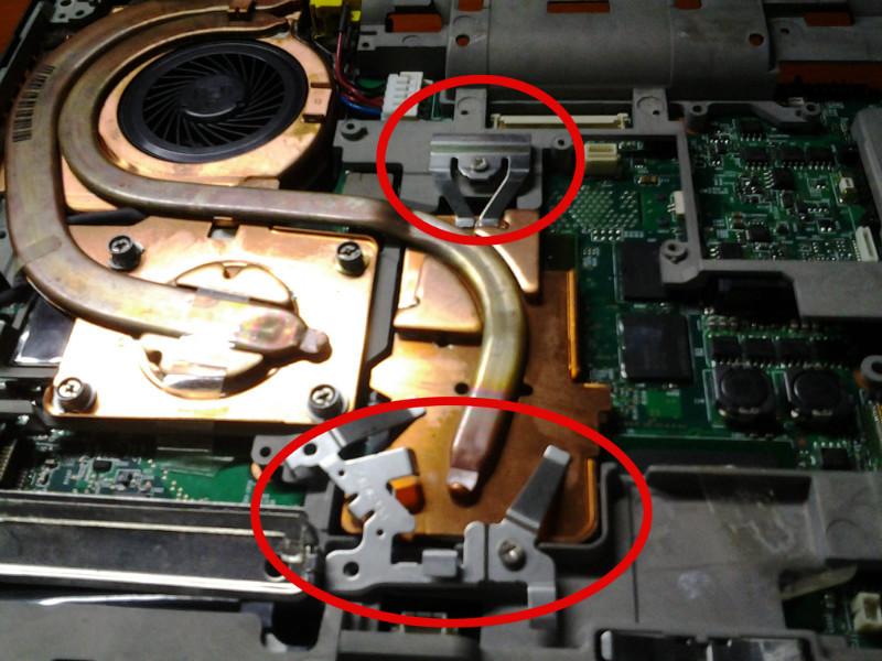 一概开除,只保留CPU、主板(显卡在主板上呢)、内存,上电,开机,现象一样。 3、清空BIOS,还是一长两短! 4、去掉内存测试,报警:三短。可见内存是无辜的。 再一看散热铜片上的两个怪物:  如上图红圈所示,心里一颤:没错了就是显卡门,正常的散热片是不应该存在这多余的怪胎,这两兄弟的作用再明显不过,就是为了辅助散热片把GPU 和北桥看老实压紧点。这时候想起放在柜子里面一直都没有用过的IBM(当然了,现在是联想)专用笔记本诊断卡,赶紧拿出来辅助把脉。 开机后代码一直停留在40A2,马