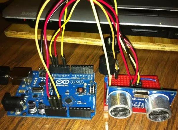 """装有arduino,蜂鸣器和电池等主体电子设备的""""黑盒""""挂"""